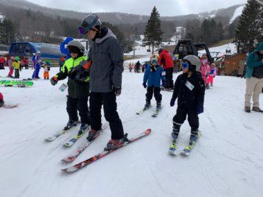 अमेरिकाको विन्डम माउन्टेनमा स्की सिकाउँदै एकै परिवारका ३ जना नेपाली विद्यार्थी