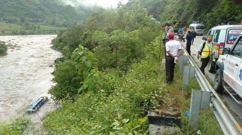 त्रिशुली नदीमा बस खस्दा ४ जनाको मृत्यु, १४ जनाको उद्धार, ४० बढी यात्रु थिए बसमा