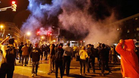 अमेरिकाका दर्जनौं शहरमा प्रदर्शनहरु हिंसात्मक, निषेधाज्ञा घोषणा