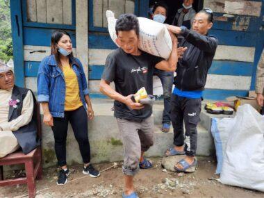 प्रवासबाट लिम्बु परिवारले दिए ताप्लेजुङ गाउबासीलाई ८ लाख रुपियाको राहत सहयोग