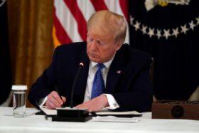 राष्ट्रपति डोनल्ड ट्रम्पले हप्तामा ४ सय डलर दिने हस्ताक्षर