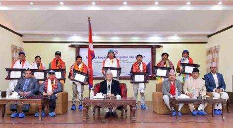'केटू' आरोहणका गर्ने कीर्तिमानी आरोहीलाई काठमाडौँमा भव्य स्वागत, प्रधानमन्त्रीद्वारा स्वागत