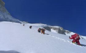 नेपाली महिलाद्वारा पहिलो पटक अन्नपूर्ण हिमालको आरोहण, एकै दिन तीन दर्जनले चढे