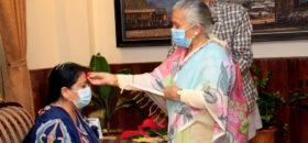 राष्ट्रपति भण्डारी र प्रधानमन्त्रि देउवाले एकै साइतमा टिका थापे